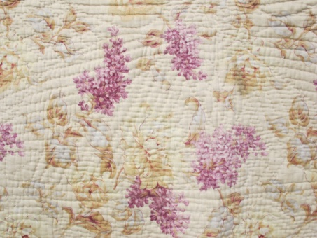 res_detail_of_cream_and_lilac_quilt
