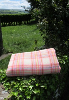 res_pink_blanket_folded_682325319